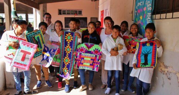 Muestra de tejidos rústicos realizados por los niños, trabajando la interculturalidad. Foto IMC Yuto, Argentina.